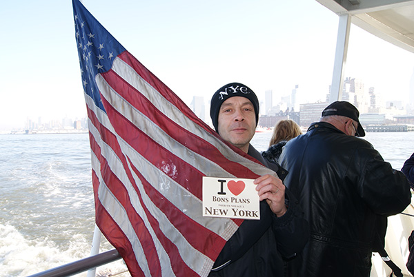 Patrick avec le drapeau américain sur un Cruise Line - Décembre 2010