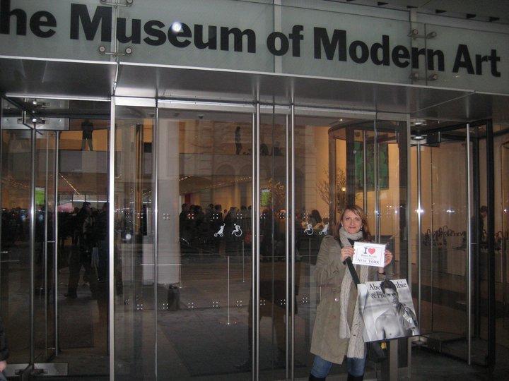 Isabelle devant le MOMA avec son petit sac Abercrombie - Mars 2011