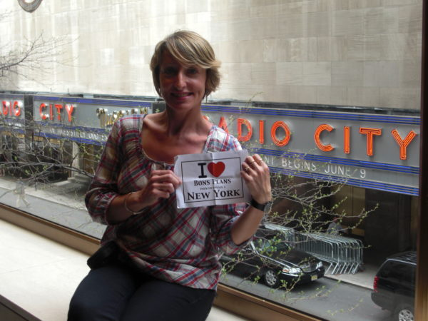 Véro au Rockefeller Center avec vue sur le Radio City - Mai 2011