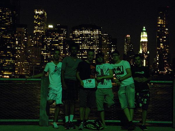 ZoOey et sa bande posés dans l'herbe de la Brooklyn Height Promenade - Août 2011