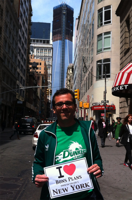 Tristan dans le quartier de Times Square et avec la Freedom Tower en arrière plan.