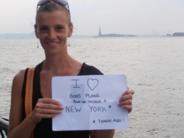 Anne-Claire avec Miss Liberty from Battery Park (je vous conseille cette promenade au sud de Financial District, très agréable) - Août 2012