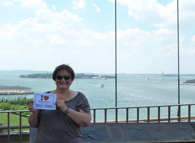Annie sur le Brooklyn Bridge le 23 août, avec un soleil de plomb après quelques jours d'orages et tempêtes, mais toujours une lumière particulière... Que du bonheur ! - Août 2012