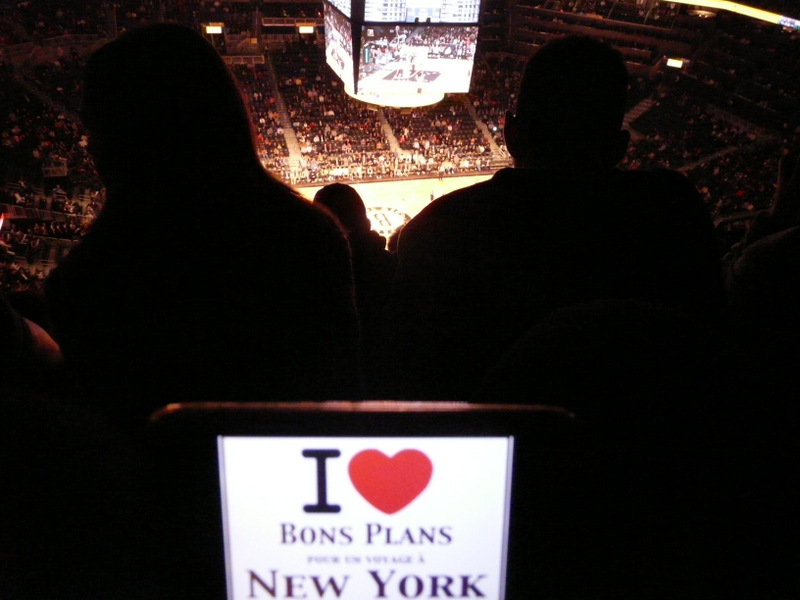 Evane et son iPhone pour un match des Brooklyn Nets au Barclays Center - Novembre 2012