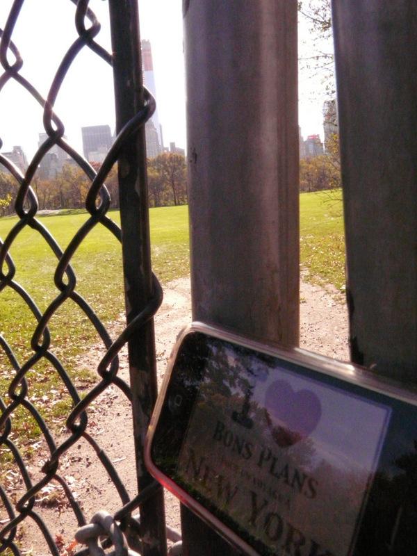 Evane et son iPhone près d'un terrain de baseball à Central Park - Novembre 2012