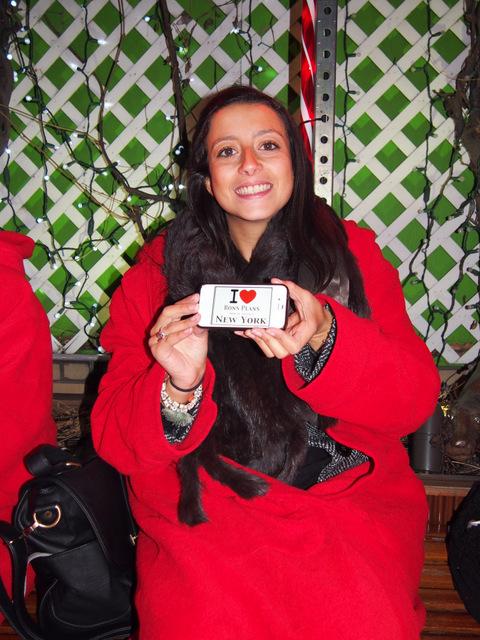 Amandine en direct du 230 fifth Rooftop avec le beau peignoir rouge - Décembre 2012