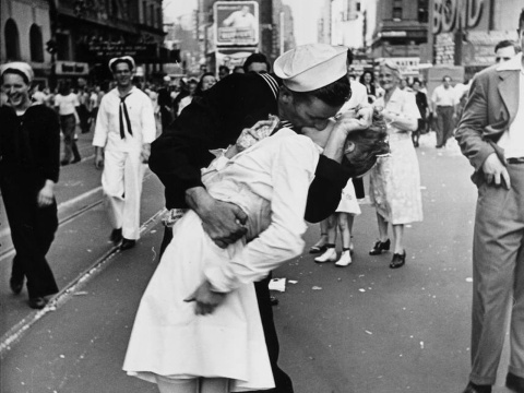 VJ Day Kiss Alfred Eisenstaedt 480x360 Le Portfolio Bons Plans Voyage New York : la fresque murale de Kobra, VJ Day in Times Square