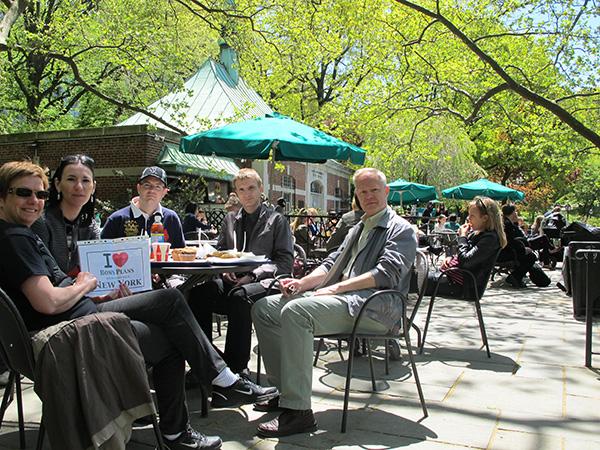 Manou52 et sa petite bande : « Nous venions d'avoir fait le tour de Central Park à vélo, et le traversions à nouveau à pied pour aller au MET. Bises d'un arrêt au Conservatory Garden où nous avons testé le sandwich au pastrami (il fallait bien y sacrifier !) » - Mai 2013