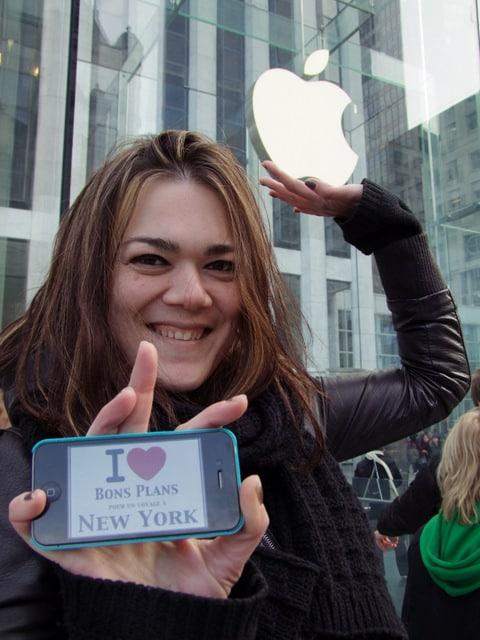 Véronique devant l'Apple Store de la 5ème Avenue – Février 2012