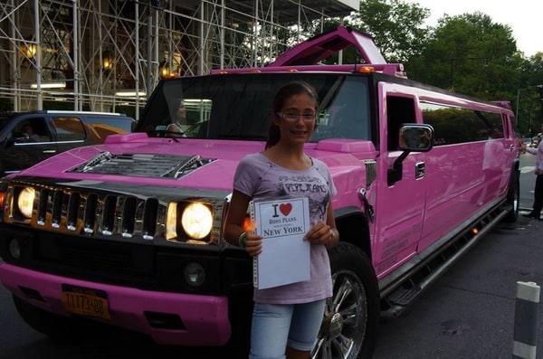 Alizée devant un énorme Hummer Limousine Rose - Août 2013