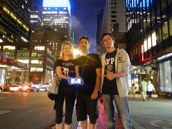 Christelle, son mari et son fils sur la 7ème Avenue pour une dédicace BPVNY - Août 2013