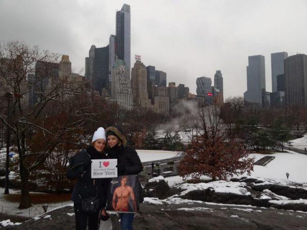 Lenaïc & Soizic à Central Park avec un bel homme musclé de chez Hollister en paquet  - Décembre 2013
