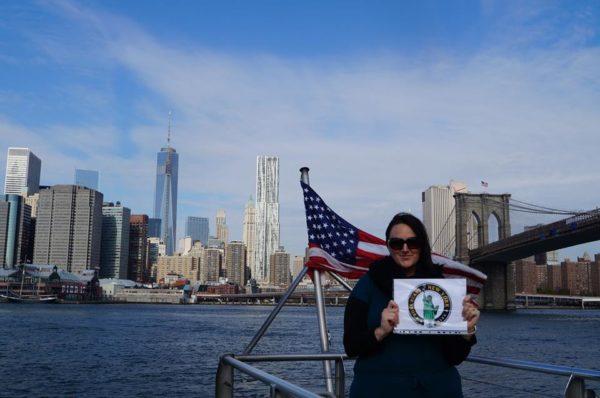Dorothée fait une petite dédicace sur une croisière sur East River - Octobre 2013