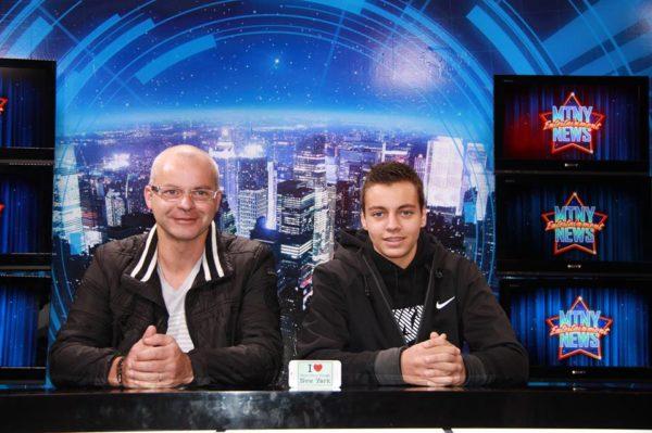 """Bertrand et Karl en mode présentateur tv au Musée de Mme Tussauds de NY ... et avec la petite affiche Dédicace """"I  BPVNY"""" - Octobre 2013"""