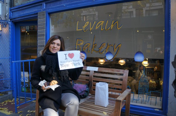 Sophie pour une dédicace devant la Levain Bakery mais surtout avec ses délicieux cookies - Novembre 2013