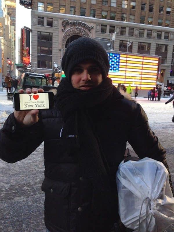 Maxime (& Floriane qui tient l'appareil photo) pour une dédicace sur Times Square - Décembre 2013
