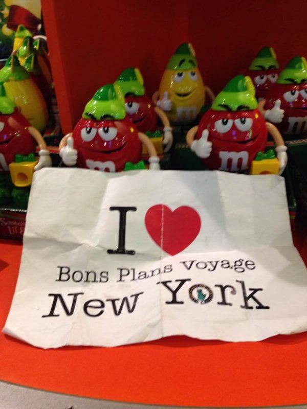 Peggy fait une dédicace au BPVNY au milieu des M&M's - Décembre 2013