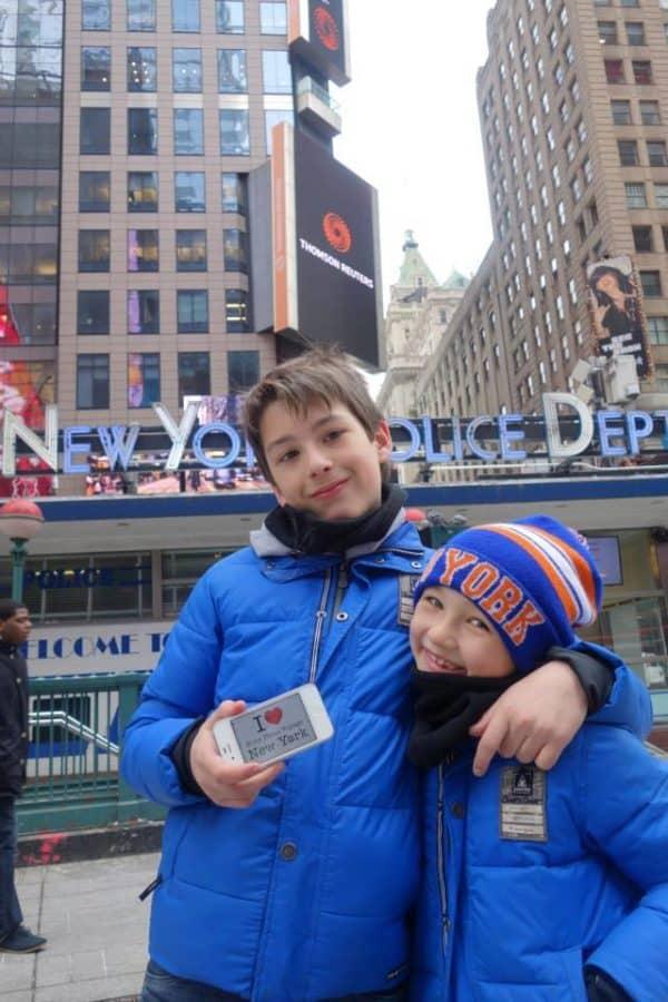 Dédicace de la part des petits bordelais Yanis et Gaëtan devant le batiment de la NYPD de Times Square - Février 2014