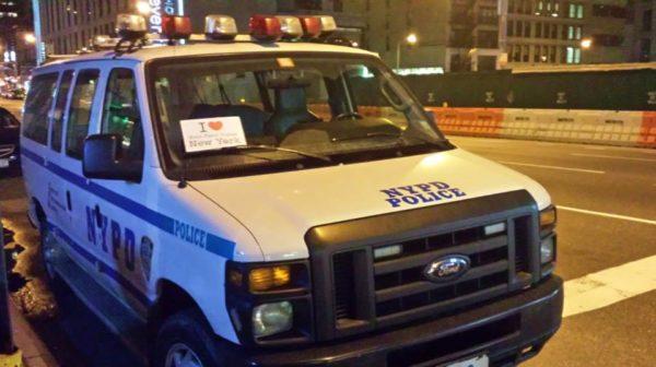 Dédicace de Smain sur uncamion de la NYPD (oui je sais il est fou, mais Messieurs de la NYPD, je vous jure que ce n'est pas moi qui lui ai dit de faire cela :-) ) - Janvier 2014