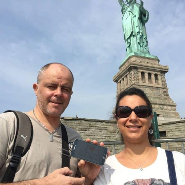 Dédicace de Cynthia et son chéri au pied de la Statue de la Liberté ... mais sans sa tête !!! Ahahahah !!!  Merci à eux deux