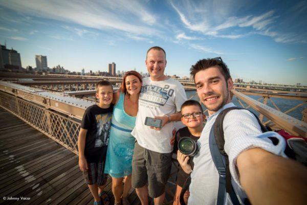Dédicace de Mélanie et sa petite famille lors du shooting photo avec Johnny - Juillet 2015