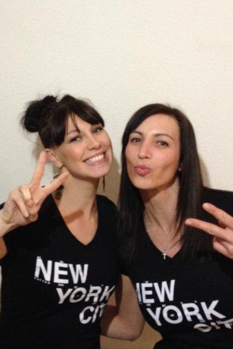 Caro & Béa avec leur t-shirt NYC sont heureuses car elles repartent à New York en Mai prochain !!! émoticône smile
