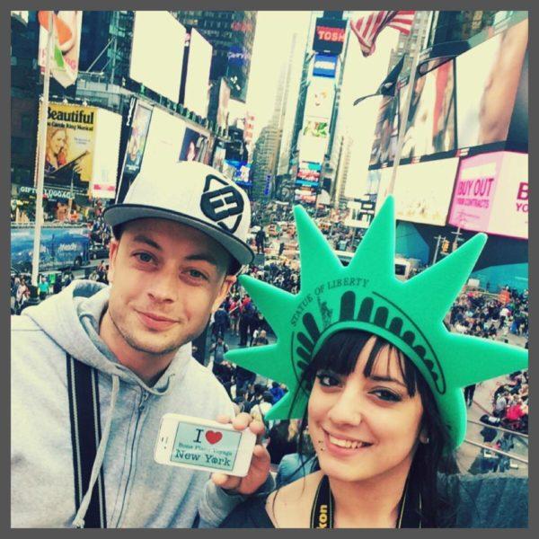 Dédicace de Laura et son chéri à Times Square - Mai 2015