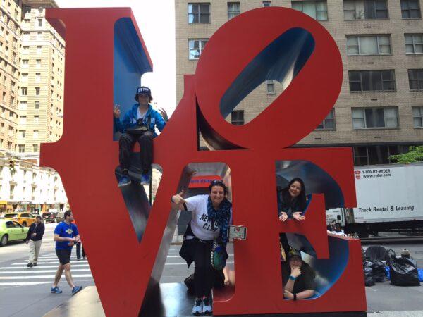Superbe dédicace de Françoise et toute sa troupe sur la sculpture LOVE !!! (Avril 2015)