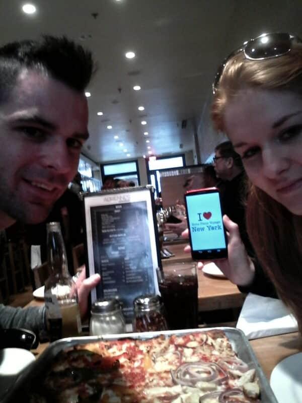 Manon et son chéri ont fait une petite dédicace aux French'Yorkers chez Adrienne's Pizzabar cette semaine