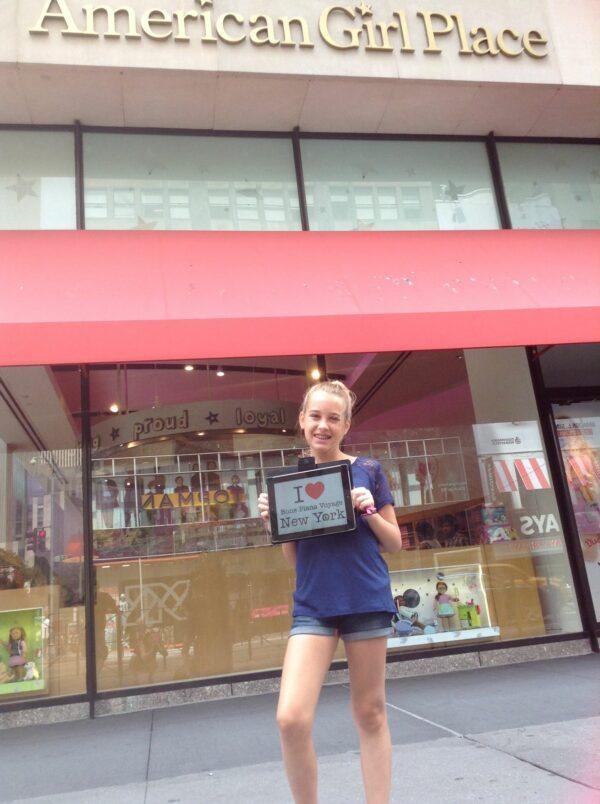 """Dédicace de Mathilda devant le magasin """"American Girl Place"""" - Juillet 2015"""