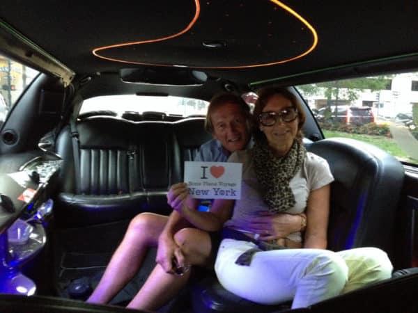 Dédicace de Marilyne et Michel dans la limousine qui les accompagnent jusqu'à Manhattan - Juillet 2015