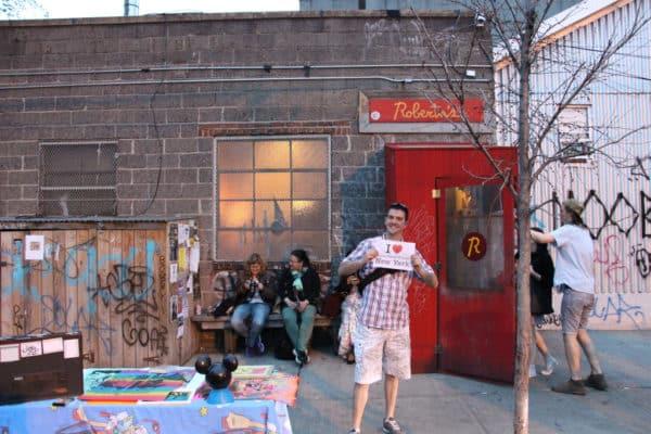 Dédicace de Raphael devant le restaurant Roberta's de Bushwick (Brooklyn) - Mai 2015
