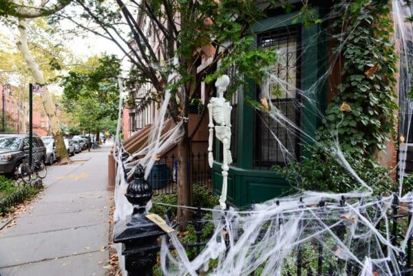 squelette toile d'araignée decorations halloween new york brooklyn