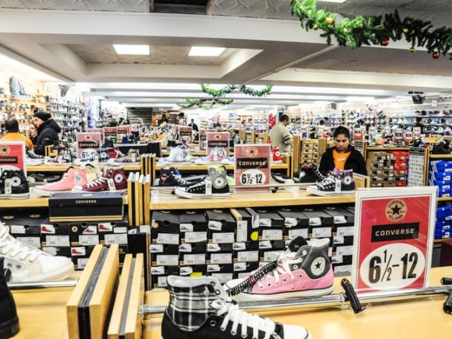 05d7cfb85f8 Zacky s   encore un magasin de chaussures de New York avec des Converse  vraiment pas cher!!!