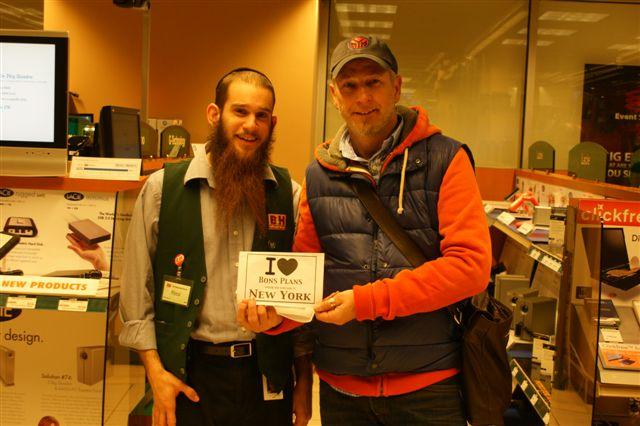 Christophe avec un vendeur du magasin B&H - Novembre 2010
