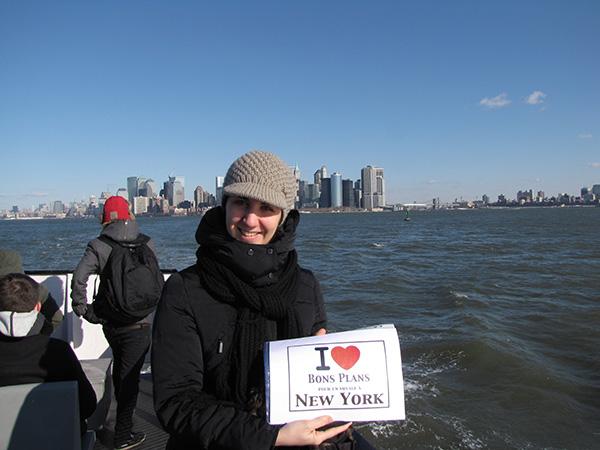 Laetitia sur le ferry menant à la Statue de la Liberté avec en arrière plan Financial District. - Janvier 2011