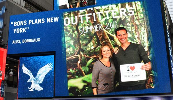 Après quelques achats chez American Eagle, nous avons fait la photo souvenir dans le magasin, et sommes passés en boucle sur leur écran géant de Times Square toute la journée !!! - Avril 2011