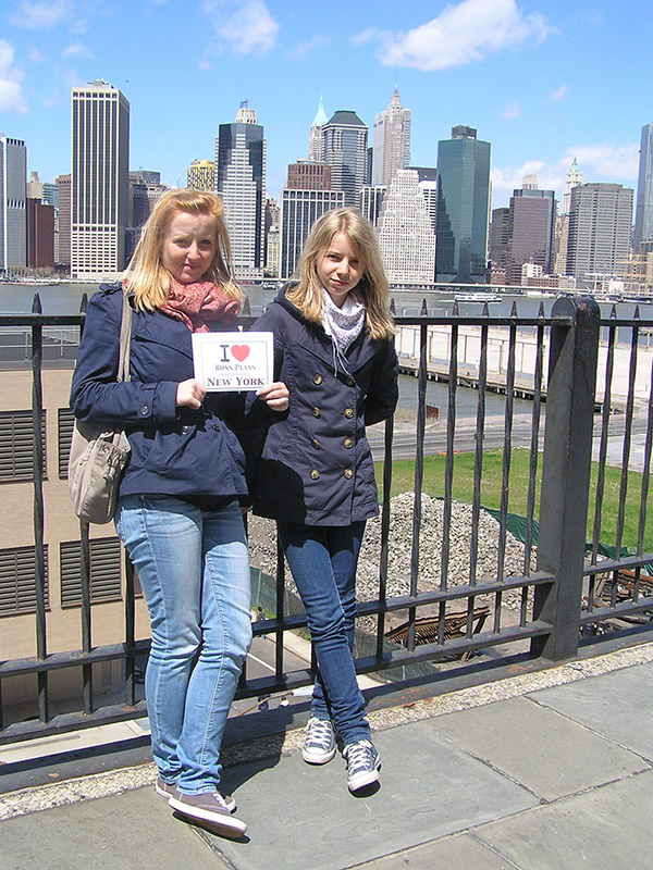 Les deux filles d'Anne avec Manhattan en arrière plan... le seul jour de soleil de leur semaine à New York - Avril 2011