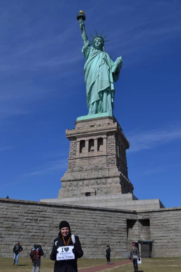 Caroline au pied de la Statue de la Liberté - Mars 2011