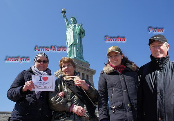 Jocelyne, Anne-Marie, Sandra & Peter au pied de la Statue de la Liberté. - Mars 2011
