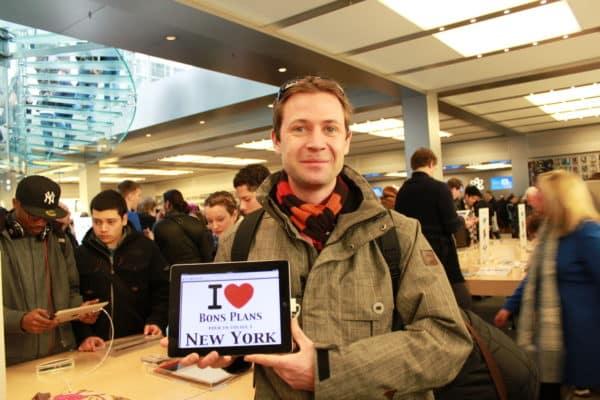 Matthieu à l'Apple Store de New York avec l'Ipad 2 au pied de Central Park - Mars 2011