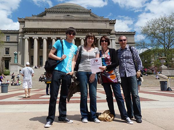 Jean-Marc et sa famille font une dédicace devant Columbia Univeristy - Avril 2011