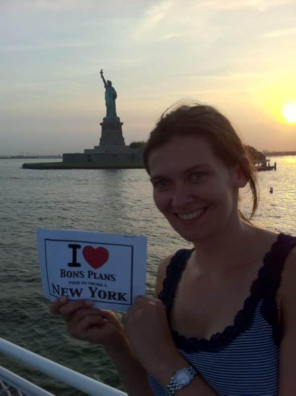 Anne-Sophie sur le bateau du Circle Line Tour devant la Statue de la Liberté - Mai 2011