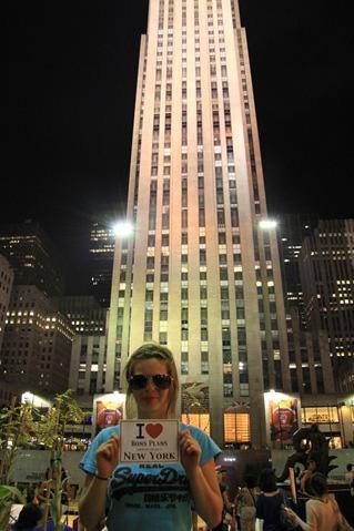 Claire (fille de Manue) en-dessous du Rockfeller Building en attendant de monter au Top Of The Rock - Août 2011