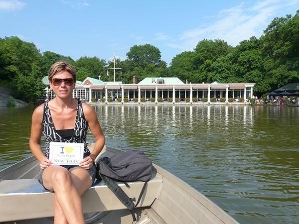 """Sandrine sur une barque """"the loeb boat house"""" à Central Park - Juillet 2011"""