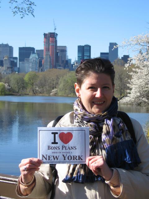 Photo de Nathalie prise par Nadia à Central Park le vendredi 30 mars 2012 sous un superbe ciel bleu !!! - Mars 2012
