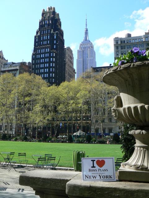 """Sidonie avec son appareil photo, l'affiche """"I ❤ Bons Plans NY"""" et Bryant Park."""