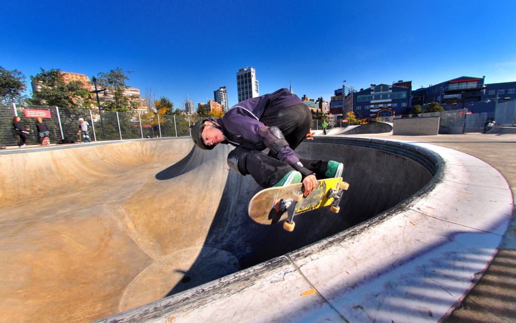 skater sur un skatepark de nyc new york city
