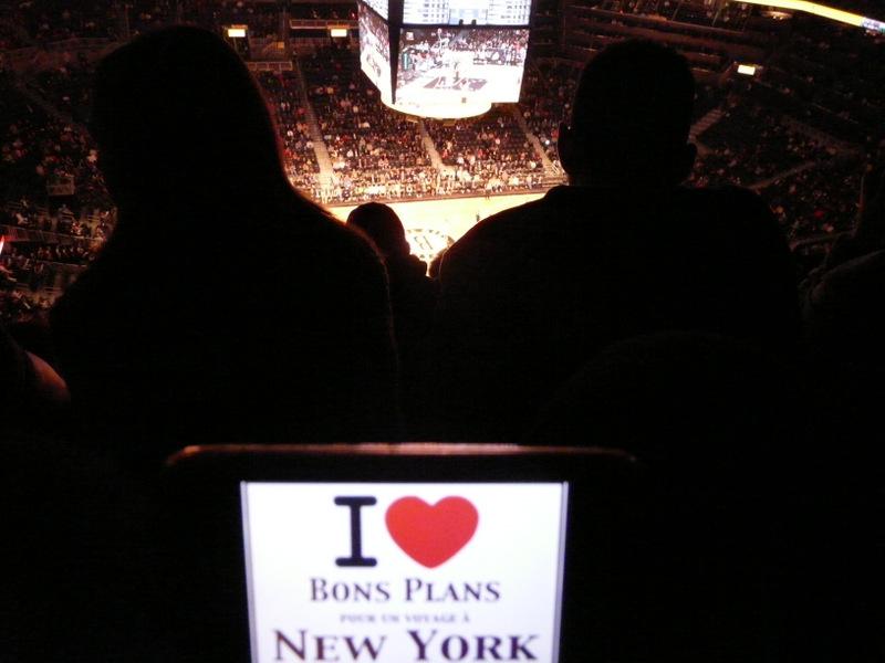 Evane et son iPhone pour un match des Brooklyn Nets au Barclays Center - Novembre 2012