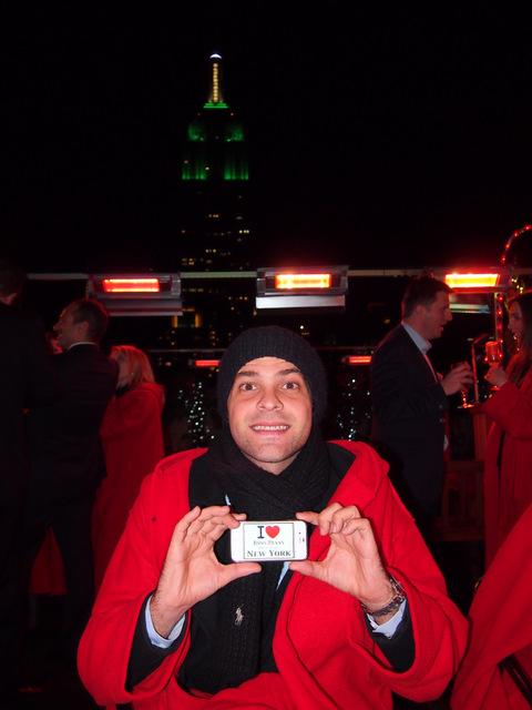 David en direct du 230 fifth Rooftop avec le beau peignoir rouge - Décembre 2012